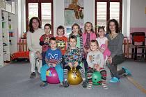MŠ Pod Budčí Zákolany. Na fotografii je třída zákolanské mateřské školy spolu s učitelkami Vratislavou Křivanovou a Lenkou Krejčovou.