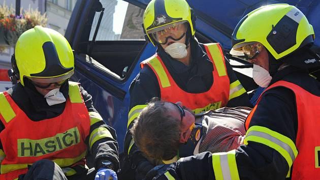 Profesionální hasiči soutěží ve vyprošťování figurantů z havarovaných vozů.