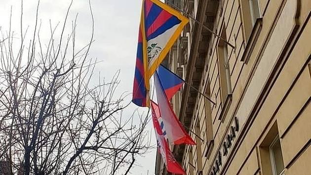 Na krajském úřadu zavlála symbolická podpora Tibetu.