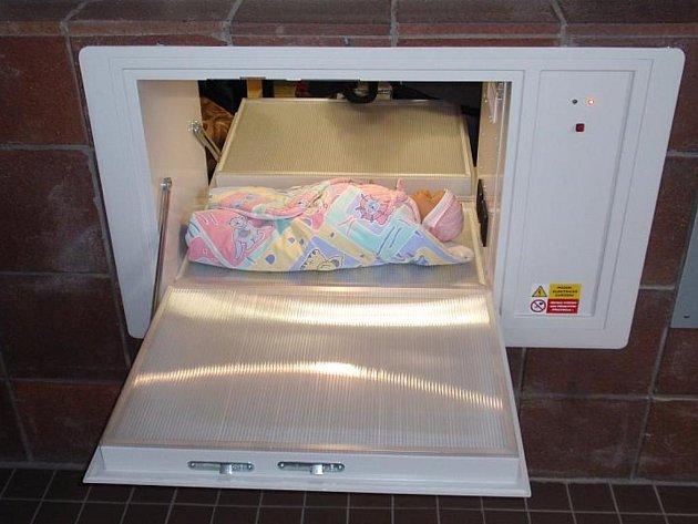 Babybox v Mělníku je umístěný u vchodu do polikliniky v Pražské ulici, na ilustračním snímku se v něm nachází panenka.