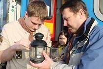 Betlémské světýlko dorazilo do Mělníka vlakem.