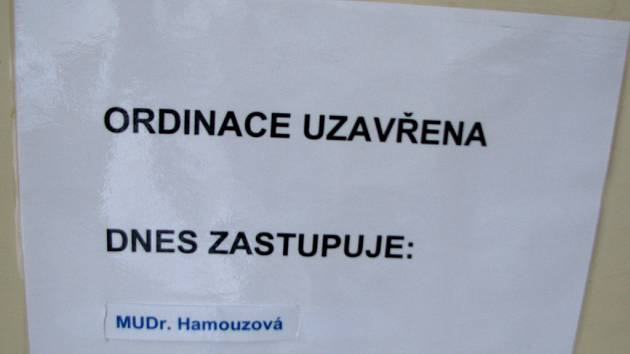 Na dveřích ordinace najdou pacienti každý den jméno jedné z lékařek, které zesnulého MUDr. Vojtěchovského zastupují.