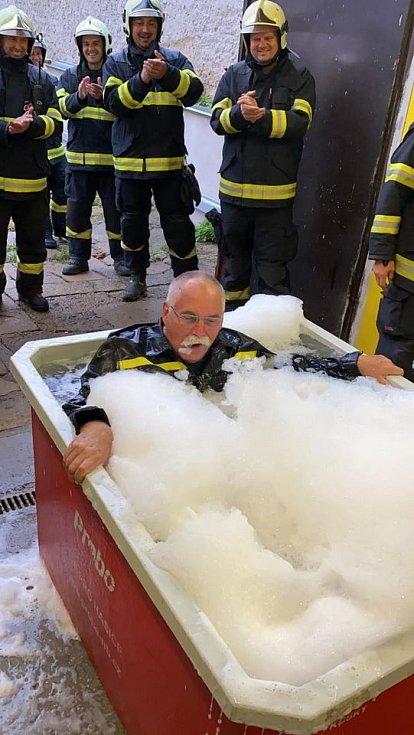 Přilbu zaplněnou podpisy kolegů z hasičské stanice v Kralupech nad Vltavou si o posledním srpnovém dnu odnášel v pondělí Petr Jiras. Rozloučit se s dlouholetým kolegou před jeho odchodem přišli lidé ze všech tří směn.