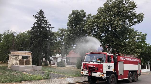 Kralupští dobrovolní hasiči nepomáhají jen při hašení požárů či dopravních nehodách, ale v období parních letních dnů pomáhají v těchto dnech zachránit také městskou zeleň.