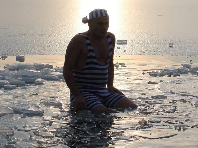 Vánoční plavání neratovických otužilců 2012.