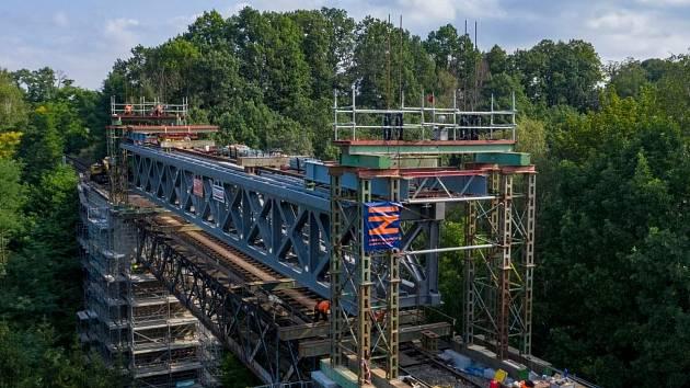 Renovace železničního mostu. Ilustrační foto.