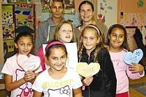 Do nízkoprahového centra chodí děti dobrovolně a rády. Naposledy například skupina děvčat vyráběla papírová srdíčka pro své nejbližší. Vpravo vzadu vedoucí centra Daniela Vrbová.