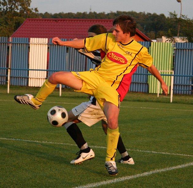 Z utkání 6. kola okresního přeboru Veltrusy - Byšice (ve žlutém)