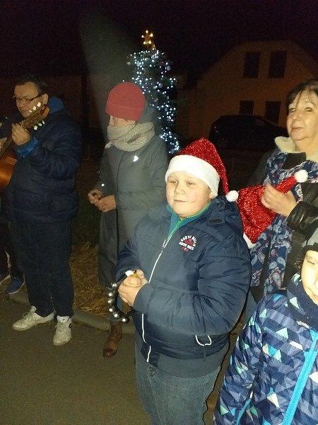 Do tradiční akce Deníku Česko zpívá koledy se zapojili také občané v Lužci nad Vltavou.