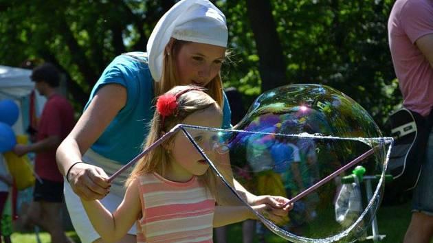 Šmoulové připravili Den pro nejmenší v mělnickém parku u domu dětí a mládeže.