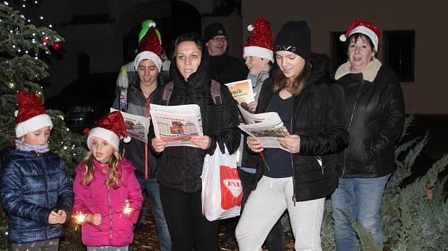Česko zpívá koledy před Základní školou v Lužci nad Vltavou.