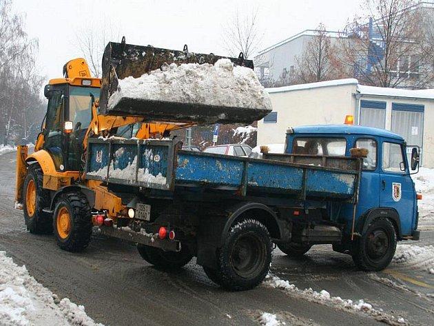 Zaměstnanci technických služeb z ulic Mělníka odváželi hromady sněhu.