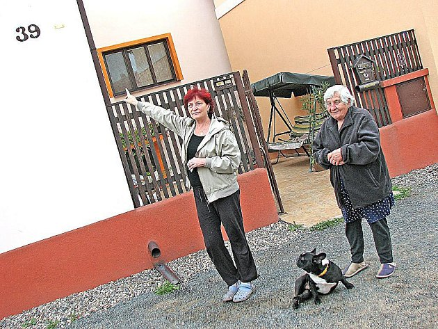 CEDULKA v úrovni prvního patra domu připomíná Miloslavě Pokorné a její matce Miloslavě Gersdorfové, kam dosáhlo Labe při povodních před osmi lety.