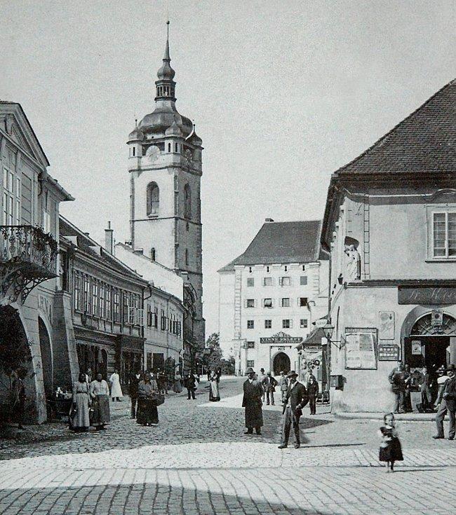 Svatováclavská ulice, snímek z roku 1895. Hotel Vykysal (na snímku vlevo) byl zcela přestavěn v neorenesančním slohu v roce 1903, nárožní barokní dům (na snímku vpravo) byl zbořen v roce 1906 a byla zde postavena budova Hospodářské záložny v roce 1907.