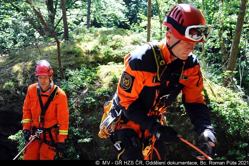 Hasiči na Kokořínsku trénovali záchranu horolezce.