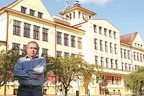 Zdeněk Bergl to neměl do školy daleko. Stojí totiž hned naproti jeho domu.