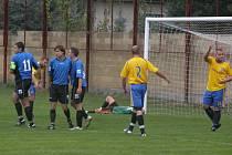 Z utkání 3. kola III. třídy Dřísy (v modrém) - Botafogo Mělník (6-3)