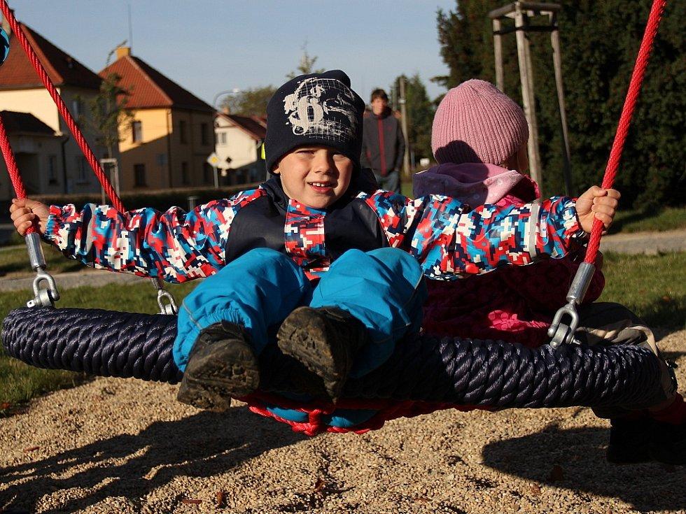 Před mšenskou základní školou mají děti nové hřiště.