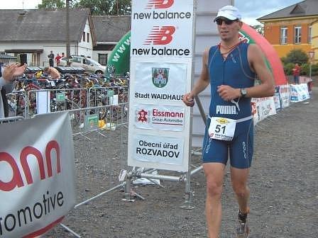 Přestože Jaroslav Brynda více než dvě třetiny závodu v dlouhém triatlonu odvodil na prvním místě, nakonec se musel v cíli spokojit s třetí pozicí.