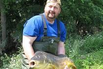 Mezi rybami, které rybáři zachraňovali ve Vrbně, byl i tenhle asi třináctikilový kapr.