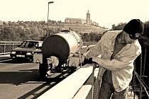 Postupné opravy starého mostu v Mělníku, který  roce 2002 zasáhly  povodně, pokračovaly ještě na podzim roku 2006, kdy bylo nutné zpevnit stěny a římsy tělesa mostu.