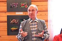 Fotograf Ladislav Záruba vysvětloval na vernisáži výstavy ve Mšeně, jak a co nejraději fotí. V pozadí jsou jeho fotografie hub.