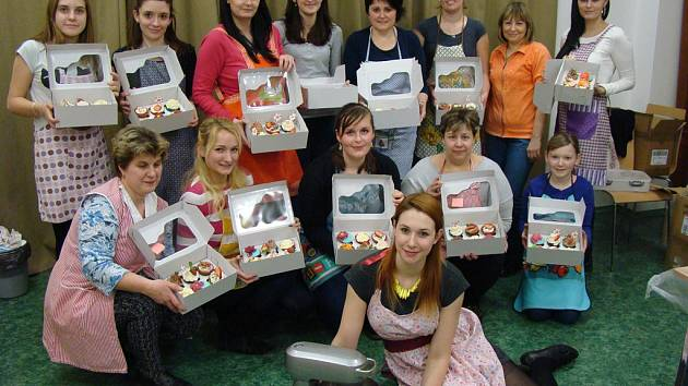 Účastnice kurzu s hotovými dortíčky společně s lektorkou Terezou Hažmukovou.