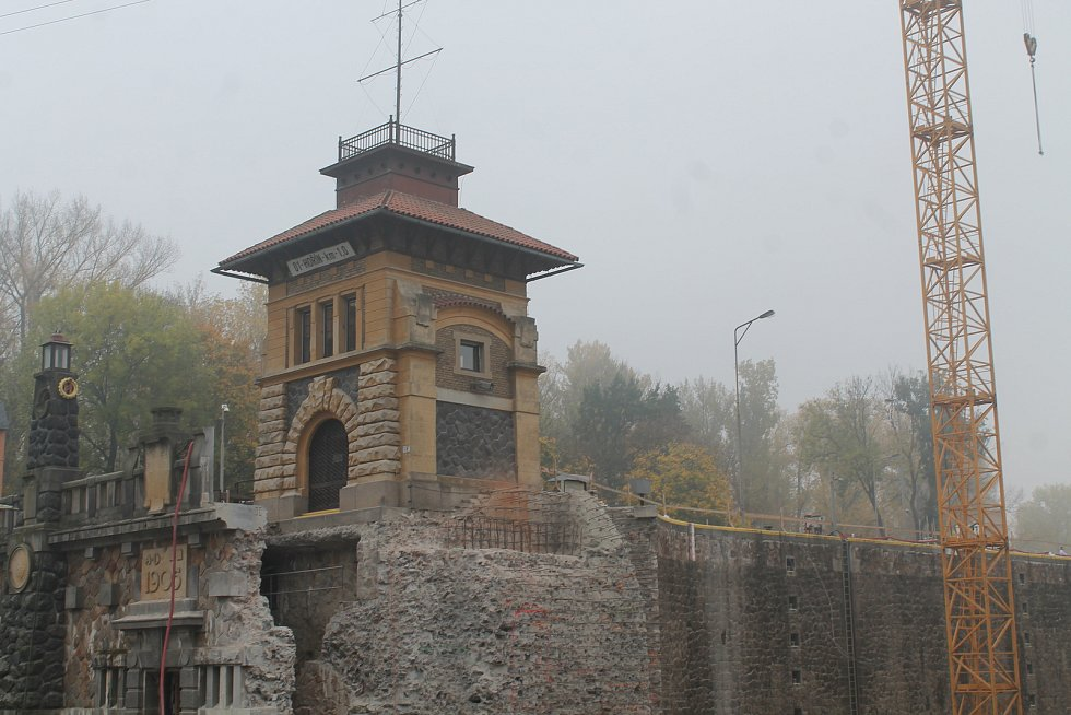 Proměna památkově chráněného zdymadla Hořín na Vltavě u Mělníka, která umožní plavbu větších lodí, je přesně v polovině.