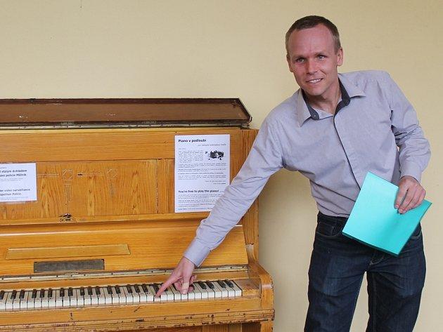 Ondřej Tichota sám na piano nehraje, zjednat si však s jeho pomocí klid mezi přihlížejícími zvládl v sobotním odpoledni na jedničku i bez předchozího tvrdého tréninku.