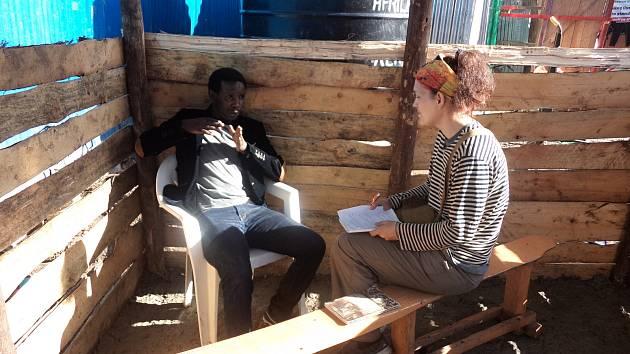 Hana Hindráková dělá rozhovor s Josephem Njorogem.