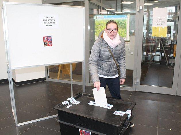 """Do volebního okrsku č. 8 na kralupské radnici se vydala i mladá volička Denisa, která přiznala, že v 1. kole prezidentských voleb hlasovala pro neúspěšného kandidáta P. Fischera. """"Protože nezískal potřebnou podporu, přišla jsem dát hlas Jiřímu Drahošovi."""""""