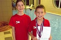 MĚLNIČTÍ plavci se zúčastnili oblastního přeboru v Rumburku. Anna Zlesáková získala sedmé místo a Adam Zloský ve své kategorii skončil těsně druhý.