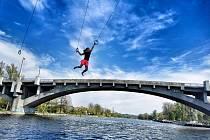 ADRENALINOVÁ ZKOUŠKA. Závod v ručkování přes Vltavu se v blízkosti kralupského mostu T. G. Masaryka už brzy uskuteční naostro.