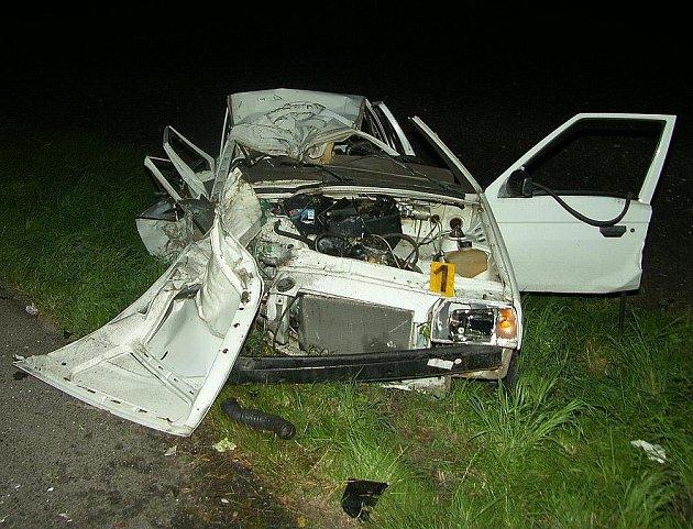 Při tragické dopravní nehodě v Neratovicích zemřel devětatřicetiletý muž, který jel autem jako spolujezdec.