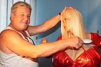 Lolo Ferrari, která pocházela z Francie, je i přes plastickou operaci považována za ženu s největšími ňadry na světě. Správce výstavy Luděk Havránek jí sice pečlivě češe vlasy, aby jí to slušelo, raději má ale Ženu vázu a Vousatou.