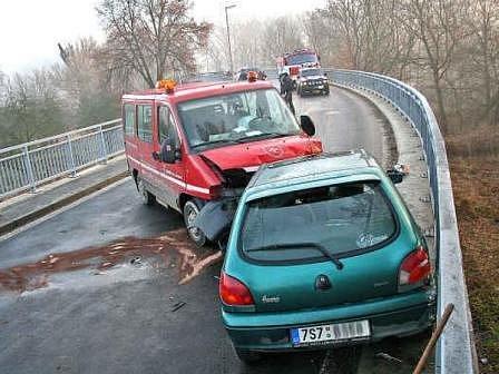 BEZ VÁŽNĚJŠÍCH ZRANĚNÍ skončily dvě ranní nehody u Mělníka a obce Vlíněves. V obou případech řidičky podcenily namrzlou vozovku.