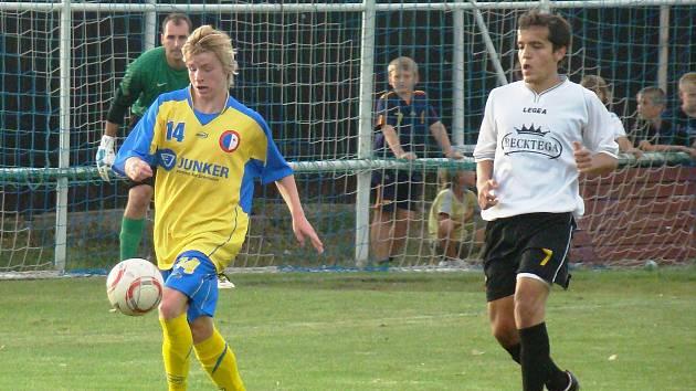 NOVÉ TVÁŘE. První mistrovský zápas v novém klubu vyšel o poznání lépe Jakubovi Elogelimu (vpravo). Jeho FC Mělník vyhrál na hřišti svého největšího rivala Pšovky, za kterou se poprvé představil pro změnu Lukáš Lelek (vlevo).