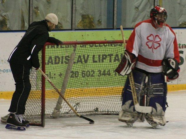 Fotbalisté Neratovic opět hráli hokej