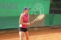 Čtrnáctiletá naděje mělnického tenisu Jana Smotlachová rozhodla zápas B-družstva dospělých.