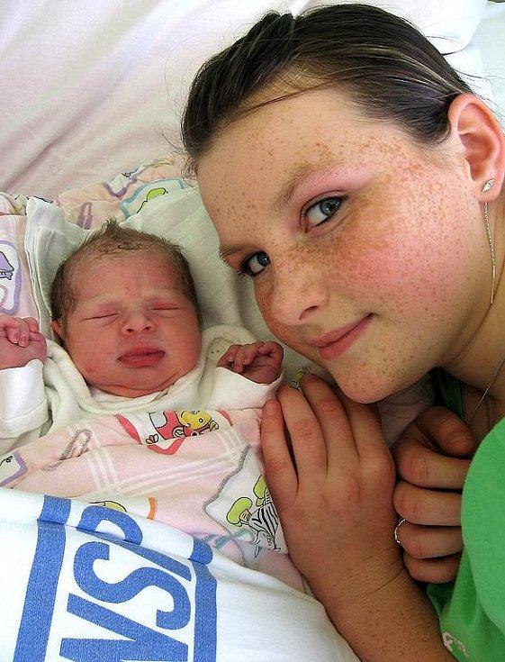 Valerie Balšánková se rodičům Ivaně a Radkovi ze Sedlece narodila 19. listopadu 2009, vážila 2,50 a měřila 46 cm. Na sestřičku se těší 12letá Andrejka (na snímku).