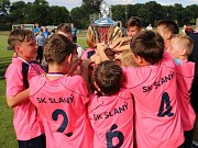 NEFALŠOVANÁ RADOST. Mladší žáci SK Slaný se mohli po Kralupech a Dobrovici jako třetí tím v pořadí potěšit s pohárem pro vítěze Kába cupu.