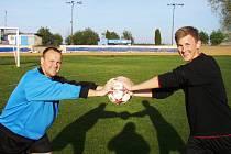 Dvaadvacetiletý fotbalista Jiří Guttenberg mladší (vpravo) má na kontě za podzim třináct branek. Trénuje ho táta Jiří Guttenberg starší (vlevo).