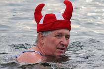 Plavání neratovických otužilců v mlékojedské pískovně na Boží hod vánoční 2013.
