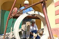 PŘÍSTUP do chodby museli pracovníce specializované firmy prokopat do šestimetrové hloubky a vyplnit zkružemi.