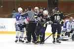 Hokejisté Rakovníka (v černém) vyhráli v dalším kole Krajské ligy na ledě Kralup nad Vltavou 4:3.