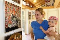Romana Štrynclová, která v roce 1991 získala titul Miss Morava, rodačka z Brna, vystavuje své obrazy ve veltruské Galerii na konci světa, kam se každý dostane od veltruského zámku alejovou cestou.