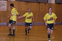 Nejproduktivnější hráči AFC J. Pavlíček s Vymětalíkem odcházejí na střídačku po vstřelené brance.