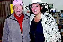 Do Libiše se po letech vrátil i Vilém Novák (na snímku s předsedkyní Spolku Libiš Martou Doležalovou), který byl za totality odsouzen k pobytu v pracovním táboře v Jáchymově, odkud se mu podařilo utéct. Přiletěl z Kanady, kde už dlouhá léta žije.