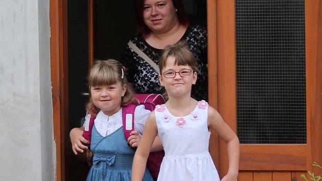 Alenka Horáková (nalevo) se dvěma staršími sestrami, skoro osmiletou Janičkou a jednadvacetiletou Káťou.