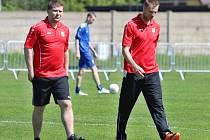 Jan Studený (vpravo) na lavičce divizních fotbalistů Neratovic.